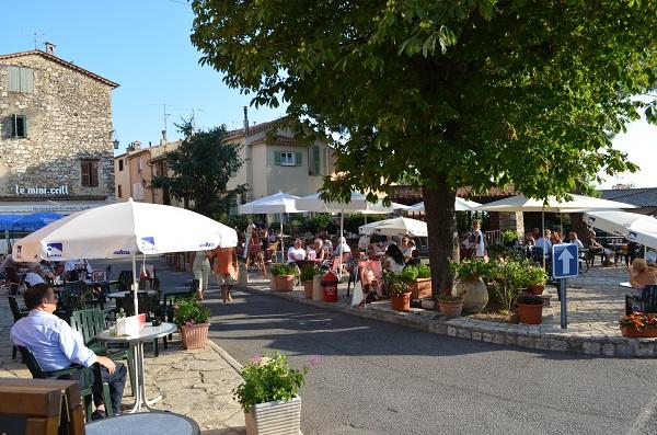 Cabris: square with restaurants