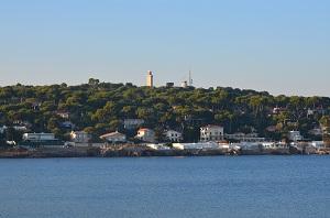 Le cap d'Antibes, ses villas les pieds dans l'eau et le phare de la Garoupe