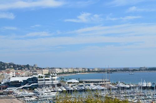 Vue sur la Croisette et le palais des festivals depuis le Suquet