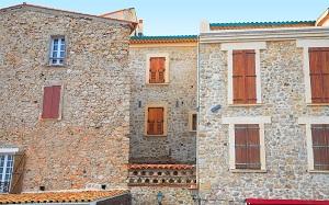 Une maison en pierre dans le Vieil Antibes, idéale pour les vacances face à la mer
