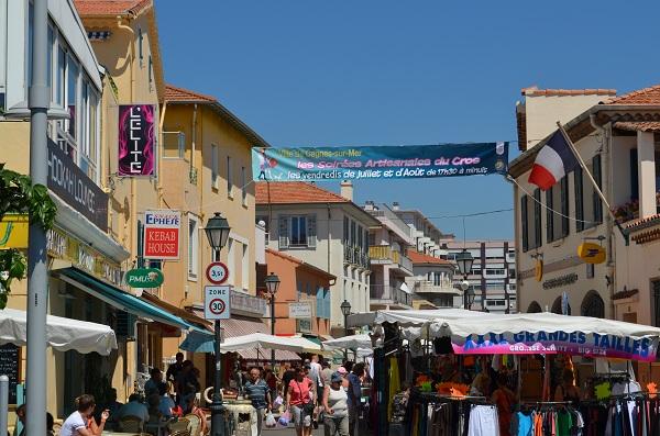 Marché du Cros de Cagnes dans la rue des Oliviers