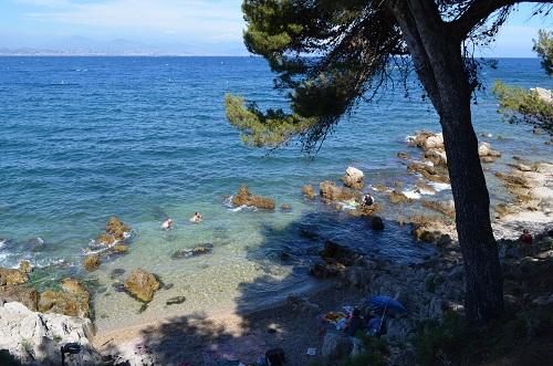 Une petite crique dans le Cap d'Antibes - calme et une eau translucide