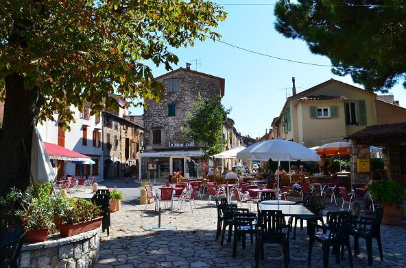 Place du village de Cabris à proximité de Grasse