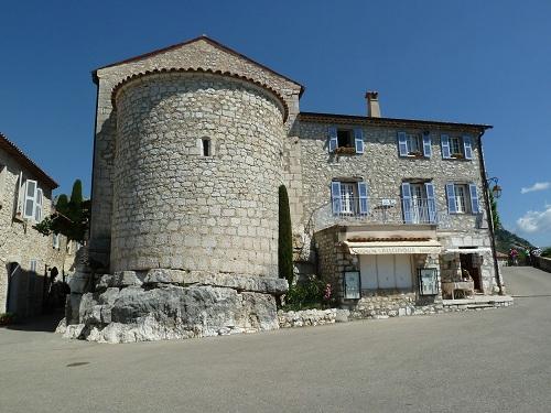 Sur la place de Gourdon, de belles maisons restaurées