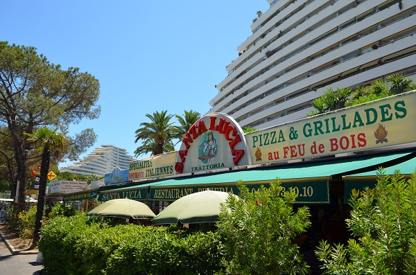 Shops and restaurants in the Baie des Anges Marina