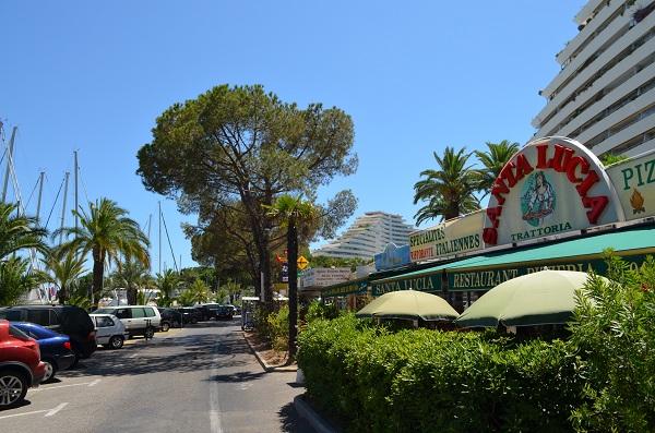 numerosi ristoranti affacciati sul porto turistico