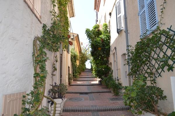 Rue du Bas Castelet à Antibes dans la commune libre du Safranier