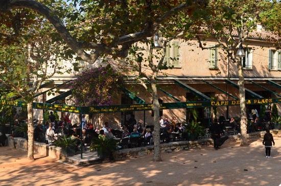Le terrain de pétanque de St Paul de Vence avec ses platanes et son café